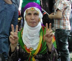 Una manifestante curda nel parco dopo il corteo